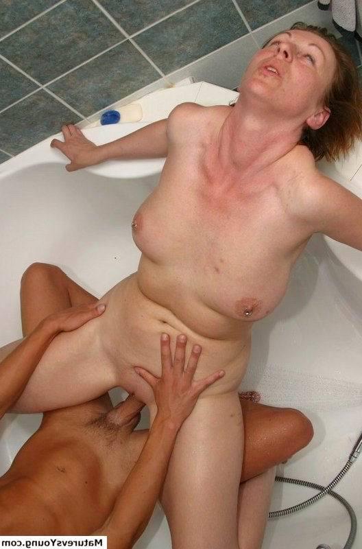 Сын ебёт мамку в ванной порно фото бесплатно